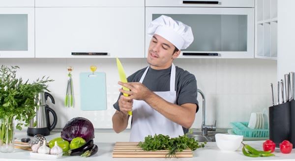 Cómo limpiar los cuchillos después de cortar carne cruda