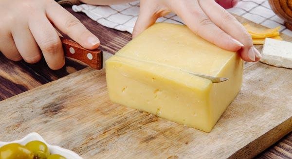 Cortar quesos desafila los cuchillos